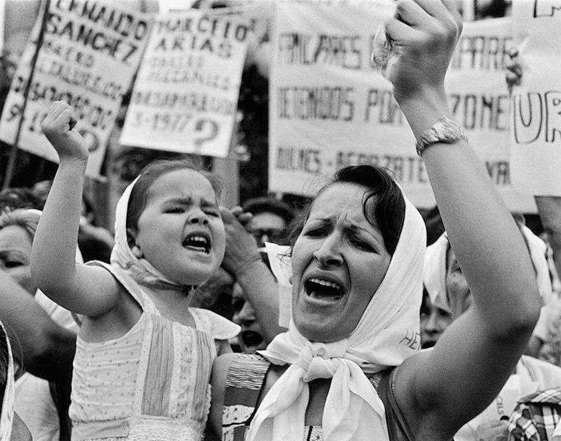 """Résultat de recherche d'images pour """"""""Madre e hija de Plaza de Mayo"""", Adriana Lestido, 1982"""""""